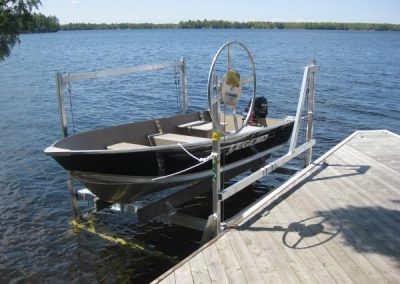 Vertial boat lift with manual winch