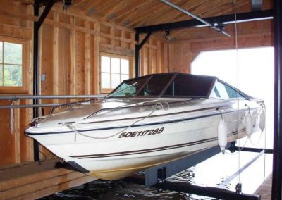 Wet slip boat lift in boathouse